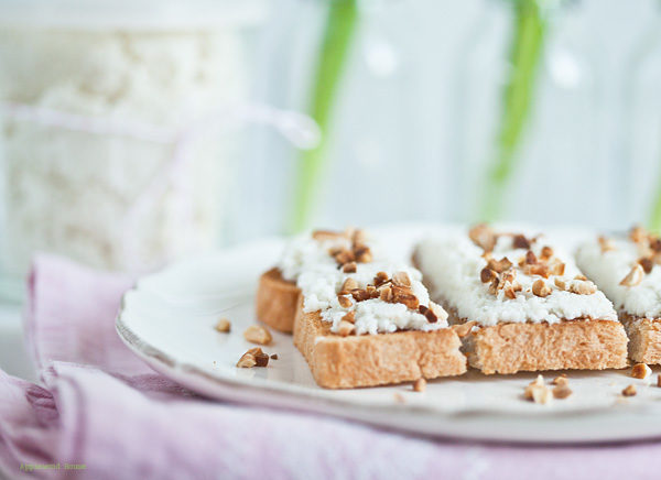 selbstgemachte Kokos-Mandelcreme auf Toast