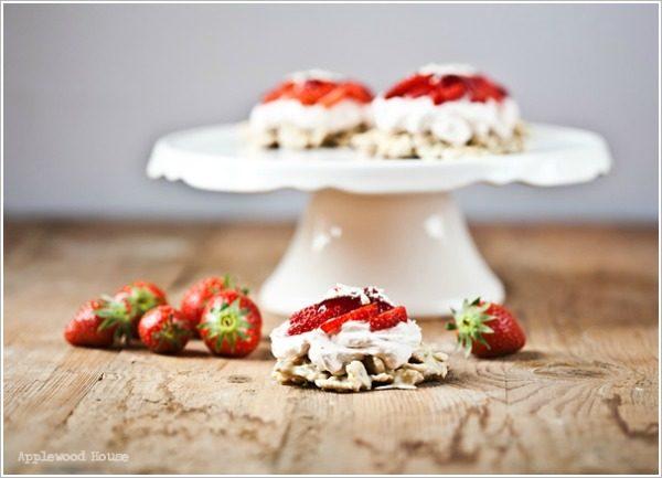 Erdbeertörtchen mit Mascarpone auf Schoko-Crossie-Boden mit weisser Schokolade
