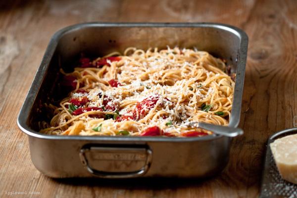 Spaghetti mit Ofentomaten und Knoblauch im Ofen geschmort mit Rezept