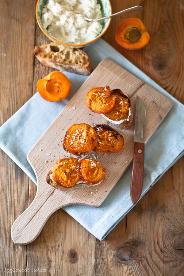 Geröstetes Brot mit Aprikosen und Ricotta, eine meiner Lieblingsstullen!