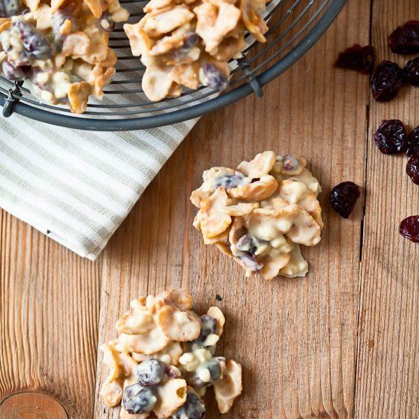 Selbstgemachte Schokocrossies mit weisser Schokolade, Cranberries und Mandeln