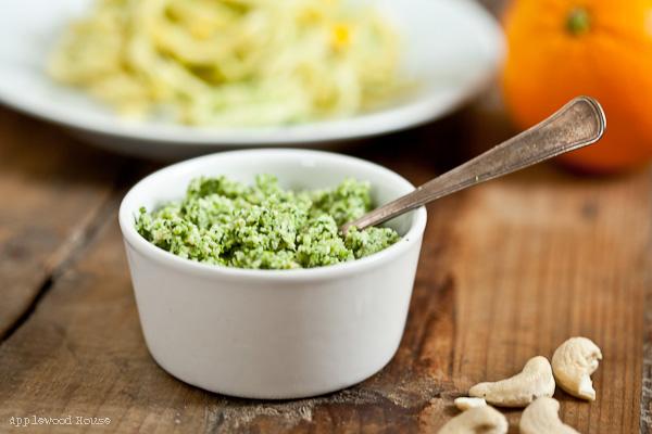 Pesto aus Broccoli, Cashews und Orangen mit Spätzle