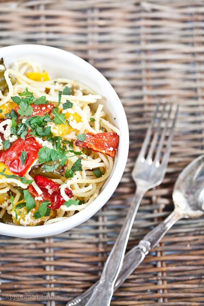Spaghetti mit gerösteter Paprika und Ziegenkäse
