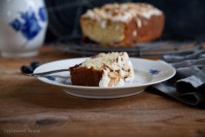 Mandel-Blaubeere-Kuchen mit Zitrone und Creme Fraiche Topping