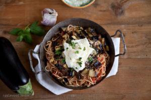 Pasta alla Norma mit Aubergine, Tomaten und Ricotta, ein köstliches italienisches Rezept.